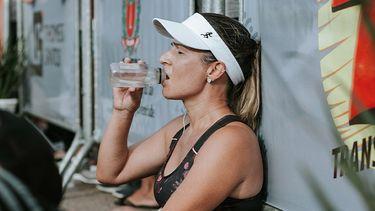 meisje drinkt water tijdens sporten