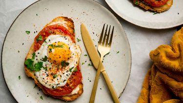 Afbeelding van shakshuka-toast met hummus