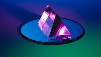 Een prisma die op een spiegel staat