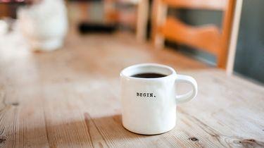 mok koffie op tafel als ochtendroutine