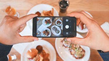 telefoon maakt foto van eten
