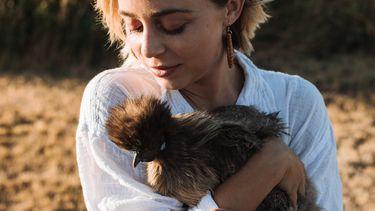 vrouw met kip in hand