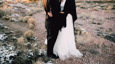 twee mensen in bruidkleding