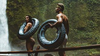 twee mensen bij waterval