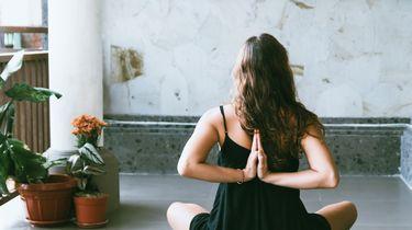 meisje doet yoga op mat
