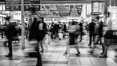 mensen op trein station