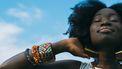 meisje kijkt blij met blauw lucht op achtergrond