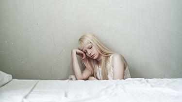 Meisje naast het bed
