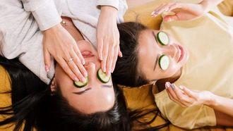 vrouwen met komkommers op hun ogen