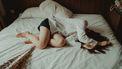 meisje ligt verslagen op bed