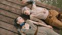 twee vrouwen op een pier