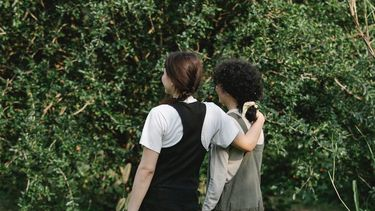 twee vriendinnen in tuin