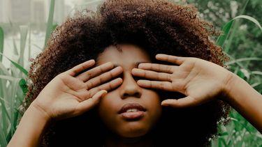 Vrouw heeft handen voor haar ogen