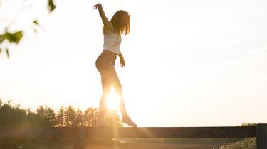 meisje is balans aan het oefenen