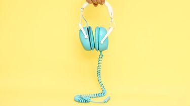 iemand houdt koptelefoon vast