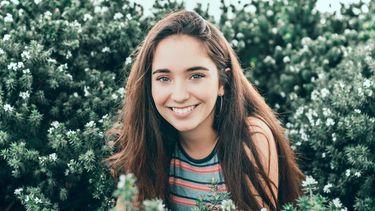 meisje lacht in grasveld