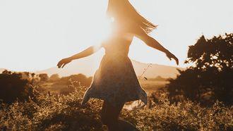meisje danst in grasveld