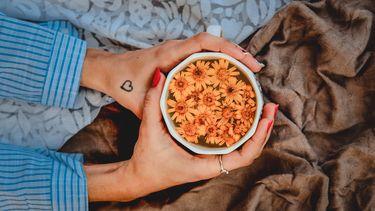 Kopje thee met bloemen erin