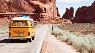 oud volkswagen busje in de natuur