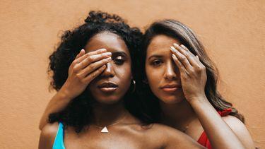 twee meisjes naast elkaar