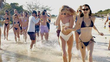 meisjes rennen op het strand