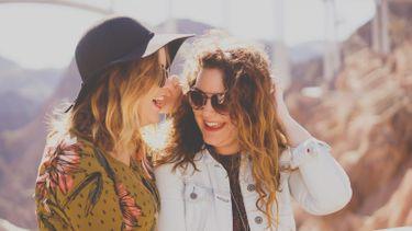 twee meisjes praten