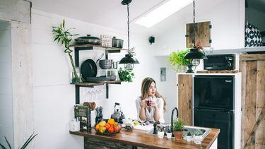 vrouw die na een schoonmaakbui minder stress ervaart