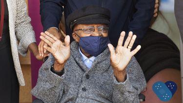 Zuid-Afrikaans mensenrechtenactivist Desmond Tutu zit met een mondkapje op
