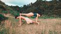 twee mensen doen yoga