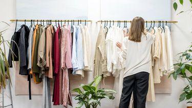 vrouw voor kledingkast