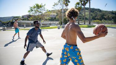 mannen spelen basketbal en krijgen erna spierpijn