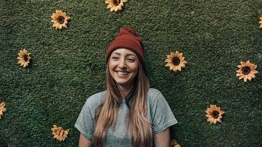 meisje voor bloemenmuur