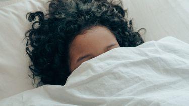 vrouw onder dekens in bed