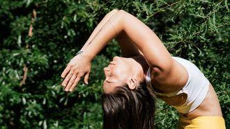 vrouw die yoga nidra doet
