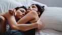 twee vrouwen in bed knuffelend