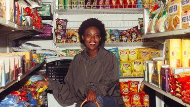 vrouw in supermarkt