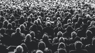 publiek luistert in een zaal