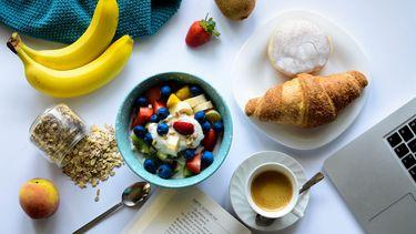 ontbijt met yoghurt en croissant