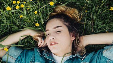 meisje in grasveld
