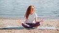 vrouw mediteert