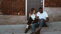 jonge en meisje zitten op stoep