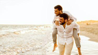 Verliefde mannen op het strand