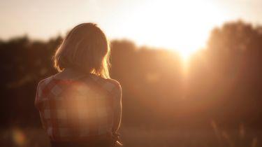 meisje krijgt energy boost van zon