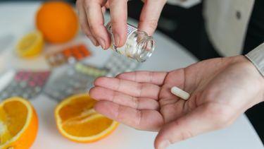 hand met medicatie