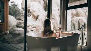 vrouw met inner peace in de douche