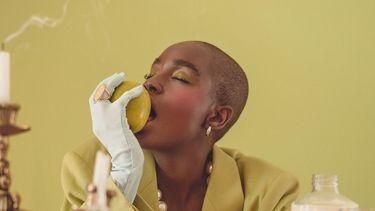 Vrouw die een gezonde appel eet