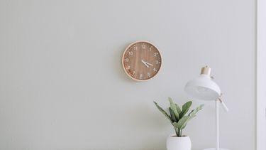 bureau met een klok