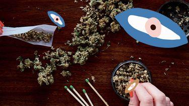 meisje rolt een joint