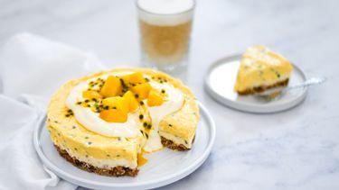 Granola-ontbijttaart met tropisch fruit en een plantaardige flat white - staand