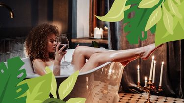 vrouw in bad met wijn